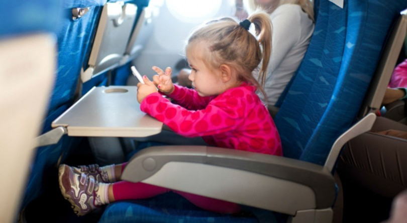 ребенок-в-самолете-с-мамой