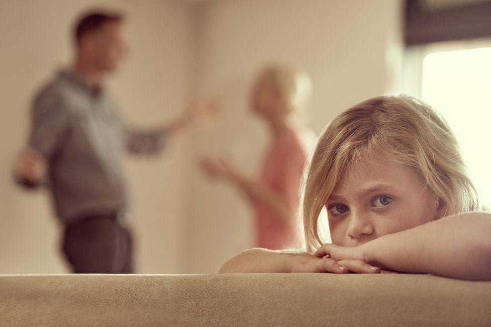 родители ругаются ребенок сидит