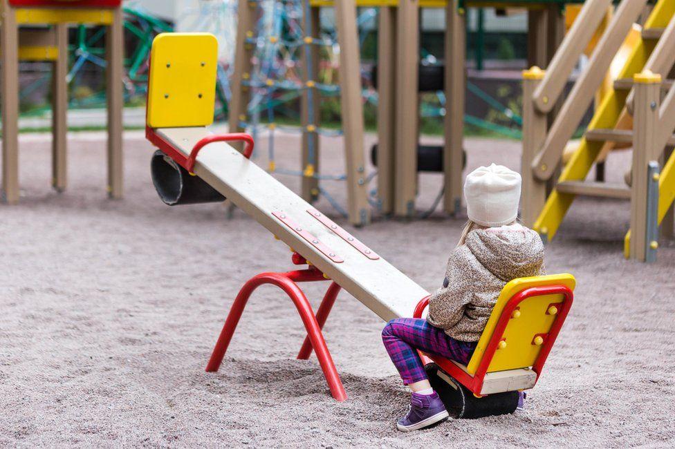 ребенок один на качели