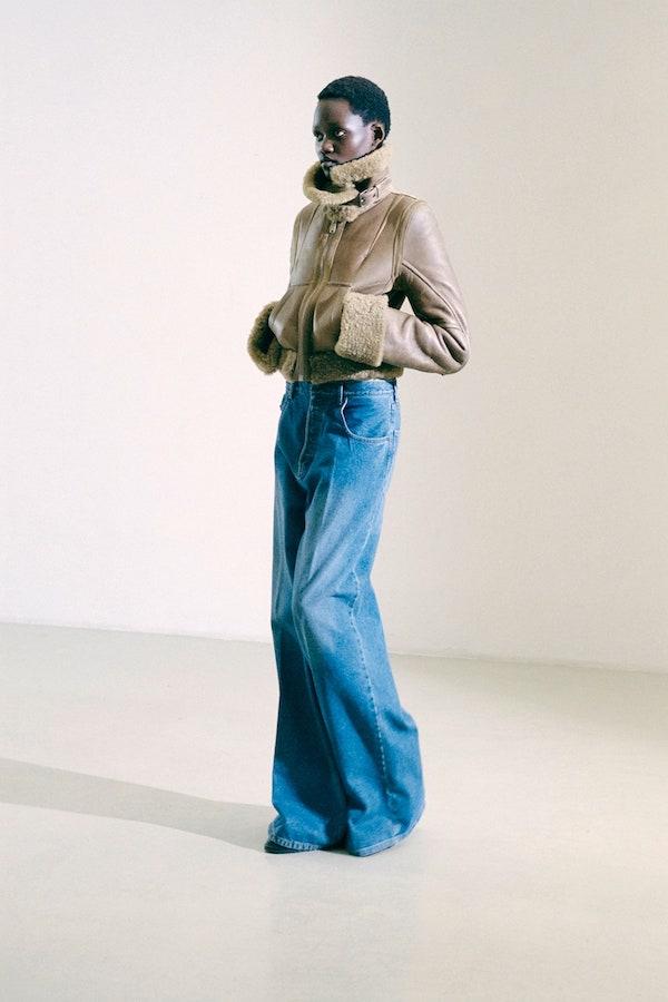 меховая куртка и джинсы