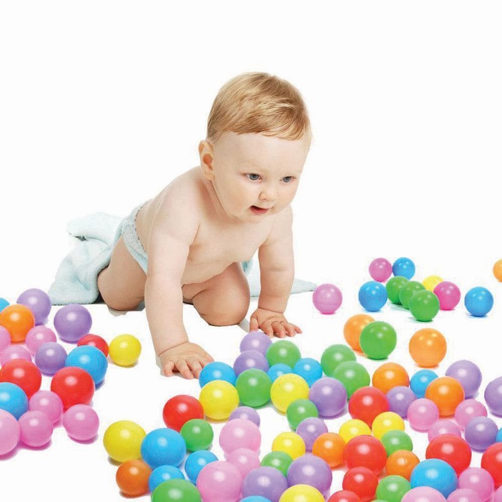 ребенок и мячики