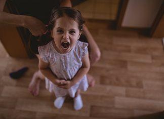 девочка кричит