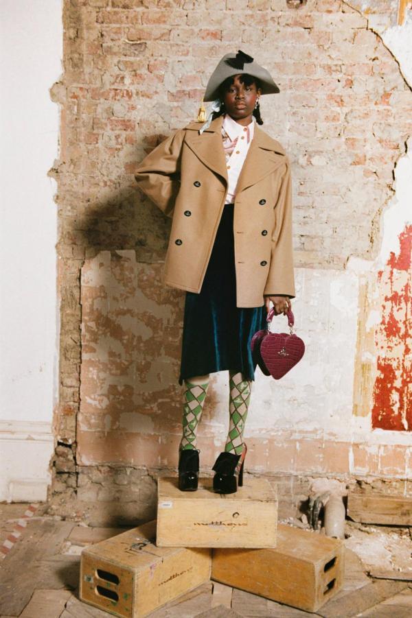пальто с пуговицами и колготки